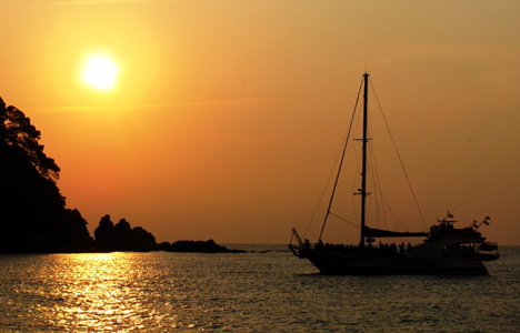 Catamaran sunset excursion from Lloret de mar - Girona - activitats_imatgestallades/catamaran-sunset.jpg